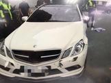 影/嚇人!賓士車路口撞飛雙載機車 釀2傷