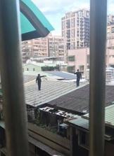 警察攻堅毒窟 2男從5樓墜落、1男濕身全被捕