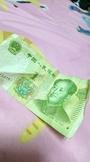 網購新衣發現人民幣鈔票 網友直呼:毛毛的...
